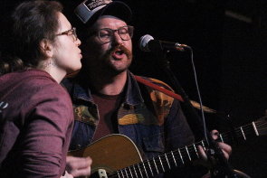 Joe Vickers and Natalie Gauthier sing  a duet together at the Slice, Nov. 22. Photo by Richard Amery